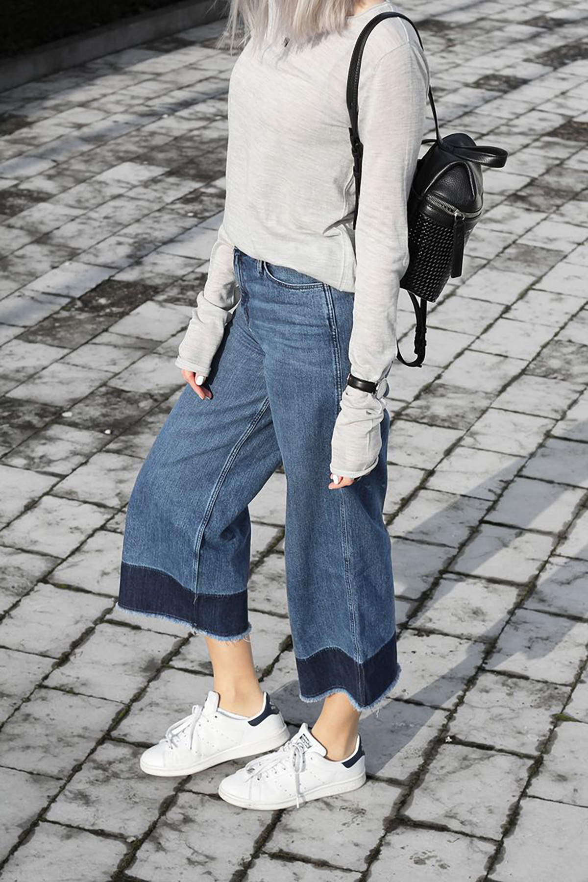 By , flare jeans had come into vogue among women, which had a wider, more exaggerated flare than boot-cuts (boot-fits). The boot-cut (boot-fit) style ended up dominating the fashion world for 10 years.